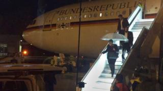"""A chanceler alemã Angela Merkel descendo do avião """"Konrad Adenauer"""" em 29 de novembro de 2018"""