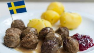 Un plato de albóndigas con la bandera de Suecia