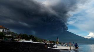 海岸の上空に広がる火山の噴煙