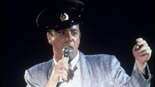 Билли Джоэл в фуражке солдата Советской Армии на одном из концертов турне по СССР 1987 года