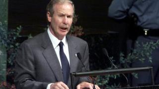 Álvaro Arzú Irigoyen dando un discurso en la Asamblea General de Naciones Unidas en 1999.
