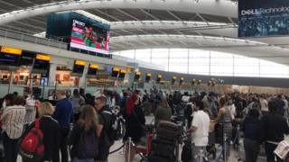 Пассажиры в аэропорту Хитроу