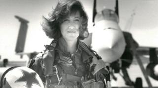 Shults voló aviones de combate para la Marina de Estados Unidos.