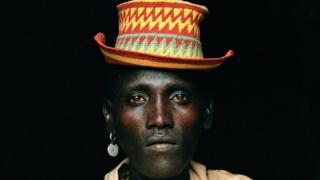 Etiyopyalı Omo Vadisi'ndeki Turmi de Hamer kabilesinden bir adamın portresi.