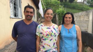 Nathalia Oliveira e seus pais, Antônio Carlos e Maria Helena de Oliveira, na casa da famílias em Vargem Grande Paulista, em São Paulo
