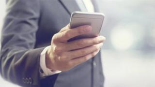 Чоловік тримає смартфон