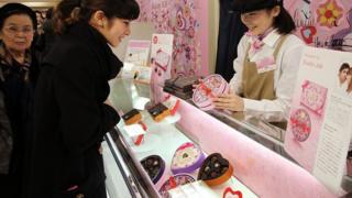 Çikolata alan Japon kadın