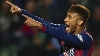 Neymar JR célèbre un but qu'il a marqué face à Elche à l'Estadio Manuel Martinez Velero, lors d'un match de la Liga, le 24 janvier 2015.