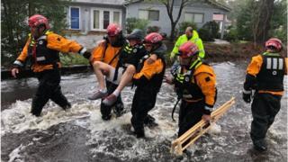 فرق الطوارئ تنقذ شخصا