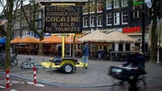 'Cocaína extremamente perigosa é vendida para turistas', diz alerta nas ruas de Amsterdã