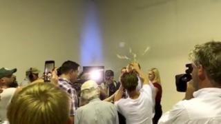 Avustralya'da bir protestocu, bağımsız senatör Fraser Anning'in kafasında yumurta kırarken