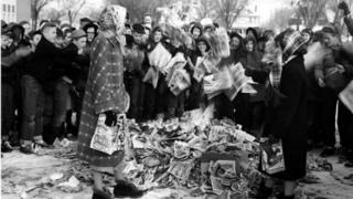 Crianças americanas ateiam fogo numa pilha de gibis, em foto de época