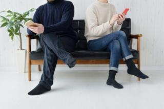 Homem e mulher no celular