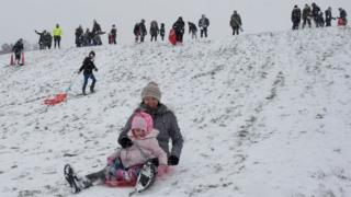 Pessoas brincando na neve na Inglaterra