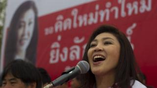 น.ส.ยิ่งลักษณ์ ชินวัตร ปราศรัยระหว่างการหาเสียงเลือกตั้งเมื่อวันที่ 29 มิ.ย. 2554 ที่จ.บุรีรัมย์ ก่อนการเลือกตั้งที่จะมีขึ้นในวันที่ 3 ก.ค. 2554