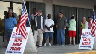 Голосующие выстроились в очередь с утра перед участком в Брандентоне, Флорида