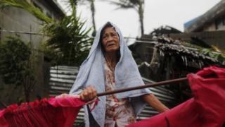 Una mujer mayor en Filipinas, tras el paso del tifón.