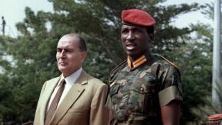 Le président Thomas Sankara a accueilli son homologue français, François Mitterrand, à l'aéroport de Ouagadougou, le 17 novembre 1986.