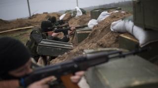 Ukrainian servicemen guard their position in the village of Berdyanske near Shyrokyne, eastern Ukraine (14 April 2015)