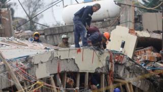 Rescatistas buscan sobrevivientes en la escuela Enrique Rébsamen.