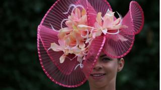 Тема цветов в аскотских шляпках в этом году очень популярна