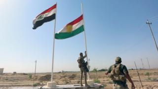 جندي عراقي يرفع العلم العراقي
