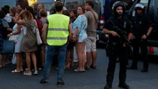 Policías y transeúntes en Las Ramblas.