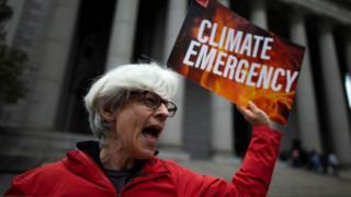 Mujer protestando fuera de la Corte Suprema de Nueva York en octubre de 2019.