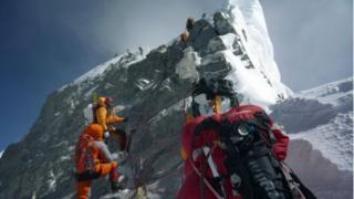 ภาพในอดีตของฮิลลารี สเต็ป (Hillary Step) ด่านอุปสรรคสุดท้ายก่อนขึ้นถึงยอดเอเวอเรสต์