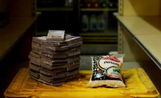 A package of 1kg of rice next to 2,500,000 bolivars