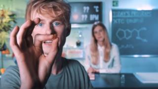 Apresentador do Drugslab mostra uma pílula de ecstasy