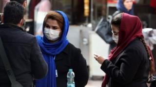 Tahran'da maske takmış İranlılar