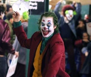 배트맨의 숙적, 조커의 특징 중 하나는 과장된 웃음이다