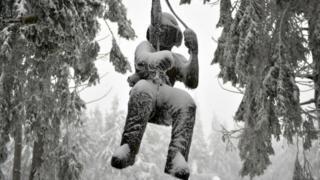 Вкрита снігом скульптура учасника гірських походів на горі Вассеркуппе біля міста Фульда в центральній Німеччині
