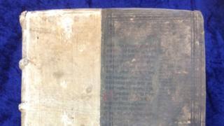 A capa venenosa de um dos livros encontrados