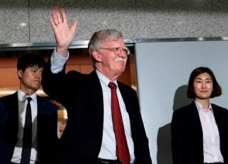 24일 강경화 외교장관과의 회동을 마친 볼턴 보좌관이 외교부를 나서며 손을 흔들고 있다