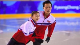 Северокорейские фигуристы - 18-летняя Тхэ Ок Кем и 25-летний Чу Сок Ким