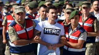 """Zatvorenik u majici sa natpisom """"Heroj"""", Turska, jul 2017. godine"""
