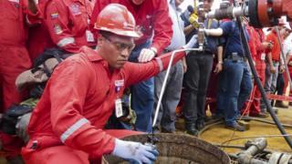 Un operario extrayendo petróleo