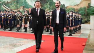Xi Jinping y Nayib Bukele en la alfombra roja.