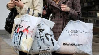 женщины с покупками в Лондоне