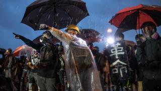 身穿防護裝備的香港「反送中」示威者在立法會大樓外與警察對峙(2/9/2019)