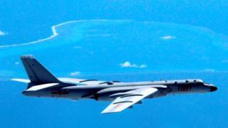 2016年7月,南海仲裁案結果宣佈後,中國的轟6戰機飛過南海島礁(資料圖)。