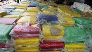 La saisie record de cocaïne au Sénégal, de 2,4 tonnes, avait eu lieu en juillet 2007, près de Mbour, dans l'ouest du pays.