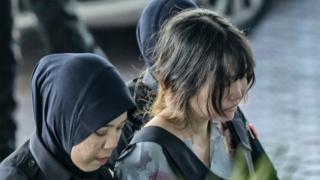 Đoàn Thị Hương được hộ tống vào phiên tòa hôm 27/2