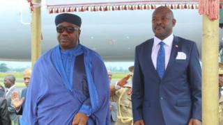 Prezida Pierre Nkurunziza (i buryo) yasanganiye Ali Bongo ku kibuga c'indege ca Bujumbura