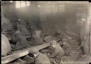 Дети, занятые перемолкой угля
