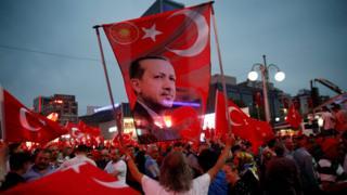 エルドアン大統領の支持者が首都アンカラ市内で集会を開いた(20日)