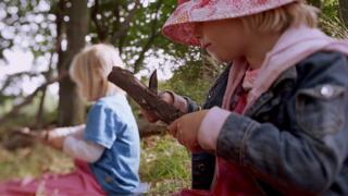 """Criança usa faca para cortar madeira em cena do documentário """"Nature Play"""""""