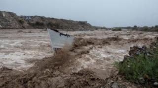 26 जुलै 2020 रोजी मेक्सिकोच्या कोह्युइला राज्यातील सॅल्टिलो शहरात, एका व्हॅनला पाण्यात ड्रॉप केल्याच्या जागेचे दृश्य.